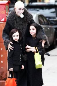 elle-019-celeb-halloween-costumes-brooke-shields-2011-lgn-lgn